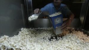 Incendian los cubos de palomitas para calentarse en el cine