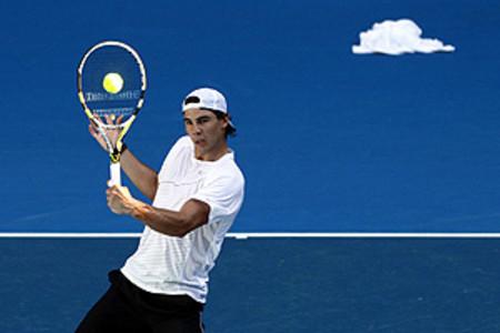 Rafael Nadal durante un entrenamiento en el Rod Laver Arena, en Melbourne, prepárandose para el torneo que comienza el próximo lunes.