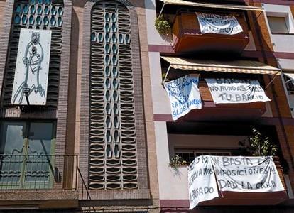 Pancartas de los vecinos de Pla d'en Boet contra la instalación de un centro de menores, ayer, en Mataró.