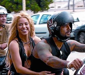 Shakira, el 18 de agosto, rodando sin casco por la Barceloneta.