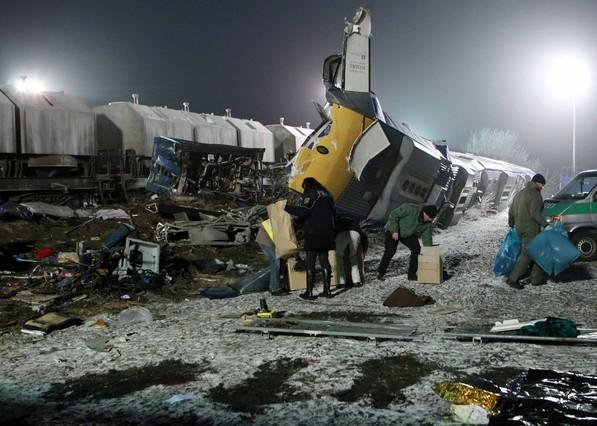 Los investigadores inspeccionan el lugar del accidente, en el municipio alemán de Hordorf, cerca de Magdeburgo, la madrugada del domingo.  THOMAS PETER | REUTERS