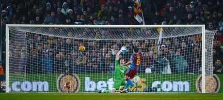 Xavi levanta el balón por encima de Casillas en el primer gol, ayer en el Camp Nou.