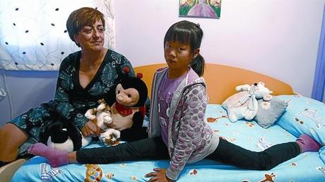 Lucila Royuela y su hija, Lian Zhen, en su domicilio de Madrid.