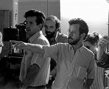 Fernando Colomo da instrucciones en la filmación de 'Tigres de papel' (1977).