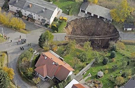 Imagen aérea del socavón que se ha producido esta madrugada en la localidad alemana de Schmalkalden.