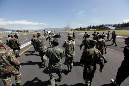 Policías ecuatorianos ocupan la pista del aeropuerto Mariscal Sucre, que ha tenido que ser cerrado, hoy en Quito.
