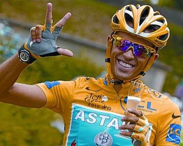 Alberto Contador celebra la victoria en el tercer Tour, camino de París.