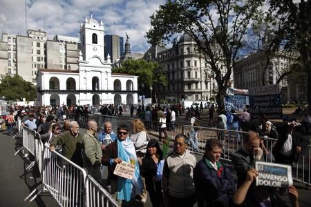 Ciudadanos argentinos hacen cola para acceder a la capilla ardiente  de Néstor Kirchner, instalada en la Casa Rosada, hoy, en Buenos Aires.