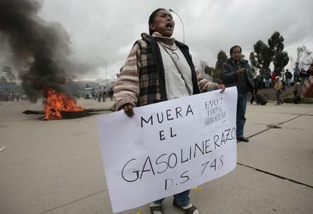 Una mujer protesta contra el incremento del precio de los carburantes, este miércoles, en la ciudad boliviana de El Alto.
