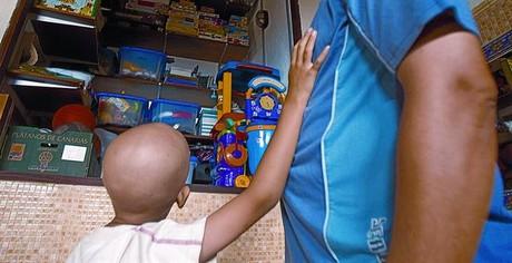 Un niño con cáncer pide un juguete a su padre en un centro de atención oncológica de Tenerife.