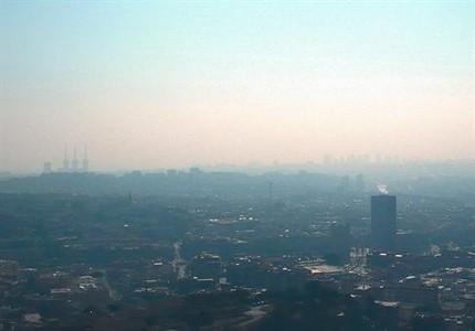 La neblina causada por la contaminación en el área metropolitana de Barcelona, vista desde Santa Coloma de Gramenet, el pasado lunes.