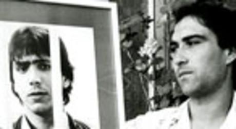 Ángel Fernández, 'el Torete', sostiene un retrato de 'el Vaquilla'.