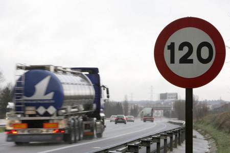 Señal de limitación de velocidad de 120 km/h en la autopista AP-7.