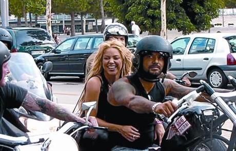 Shakira patina por el paseo Marítim de Barcelona durante el rodaje de su último videoclip el 18 de agosto. A la izquierda, circulando sin casco.