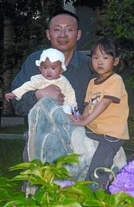 Fuera de la ley 8El profesor Yang Zhizhu con sus dos hijas.