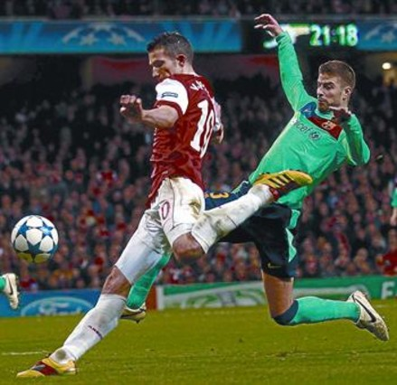 Van Persie conecta, en presencia de Piqué, el remate que le dio el primer gol al cuadro londinense. REUTERS / eddie keogh