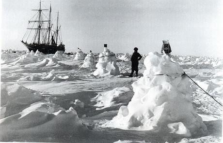 Los expedicionarios de Shackleton se servían de cuerdas atadas a montículos de hielo para guiarse en las tormentas, según muestran las fotografías de la expedición.