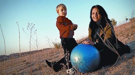 Laura Santonio posa junto a su hijo Marcos, de dos años y medio.