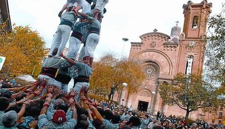 Actuación 'castellera' en la plaza de Orfila, en la fiesta mayor de Sant Andreu. Este año se realizará el domingo 28 a la una de la tarde.