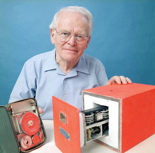 El científico David Warren junto a una caja negra