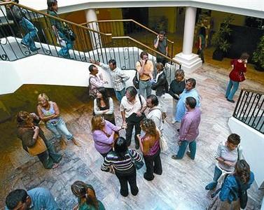 Un grupo de familias adoptantes conversan en la sede la Conselleria d'Acció Social, en septiembre del 2006.