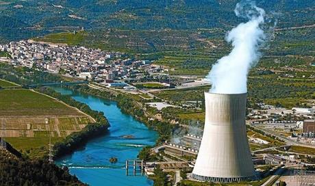 Panorámica del municipio de Ascó con la central nuclear en primer término.