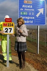 Esperanza Aguirre, ayer, lunes, durante la inauguración de un tramo de la carretera M-224.