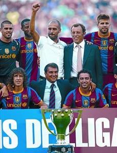 Guardiola, Rosell y Laporta junto a la plantilla con el título de Liga.