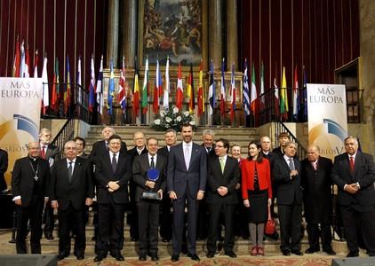 Foto de Familia de la entrega del Premio Carlos V 2010 al exalto representante de la Unión Europea para Política Exterior y Seguridad Común, Javier Solana, presidida por el Príncipe de Asturias en el monasterio de Yuste.