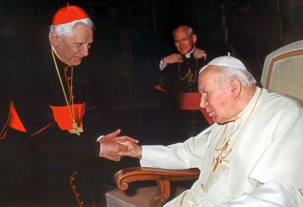 El actual Papa, Joseph Ratzinger, saluda a Juan Pablo II en una audiencia en el 2002.