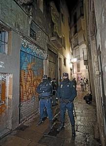 Dos policías vigilan la calle de Rauric durante la redada, anoche.