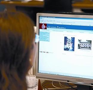Una usuaria consulta en su ordenador la web de la Real Academia Española.